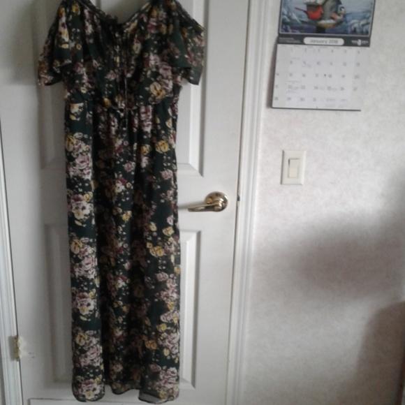 3ed49d4a155 Plus Size Cold Shoulder Floral Midi Dress. M 5a5b847e5521beb010d6c412